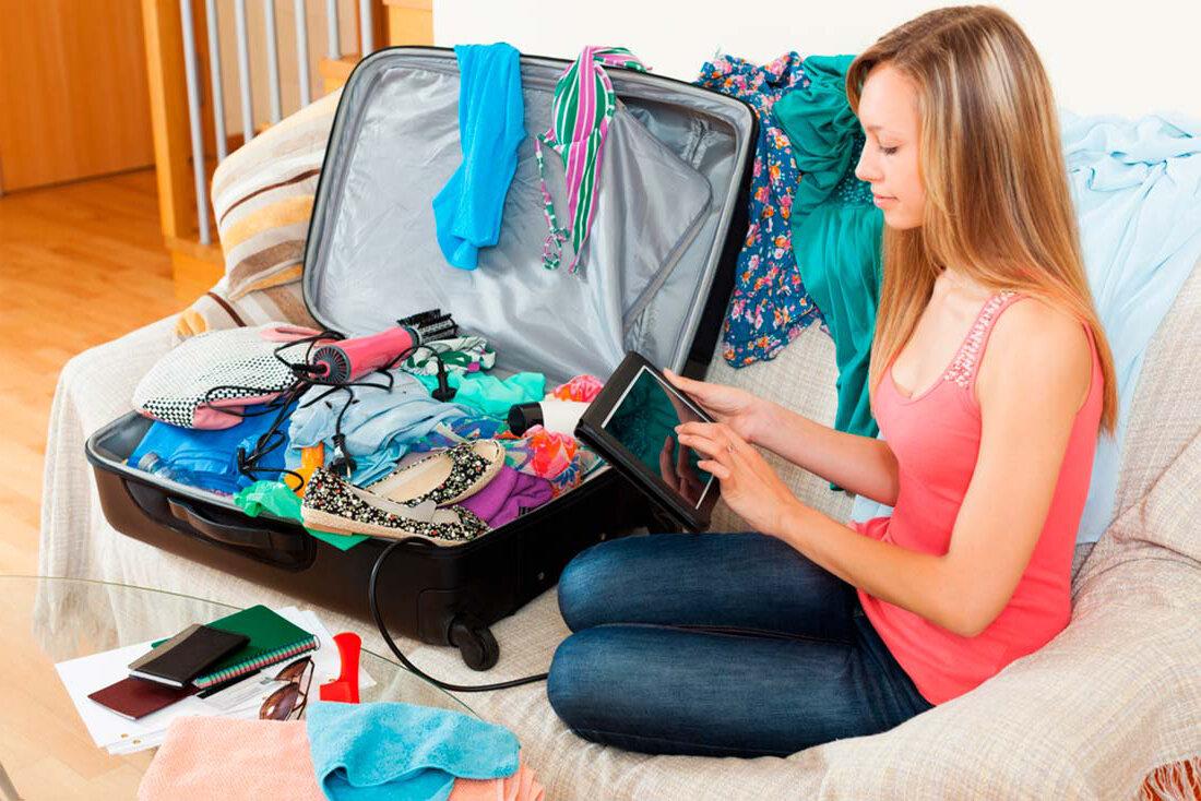 девушка чемодан